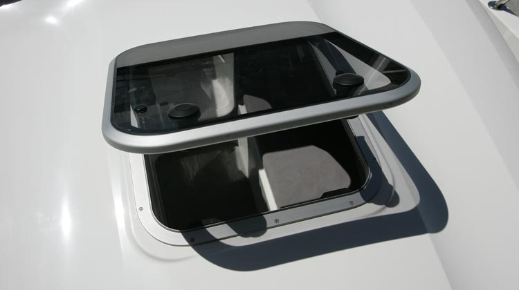 Large roof hatch for cabin ventilation