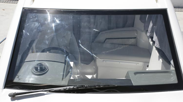 Safety glass windscreen with wiper and drop-down, ventilation windows at sides